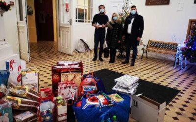 Przekazanie świątecznych prezentów do Domu Dziecka